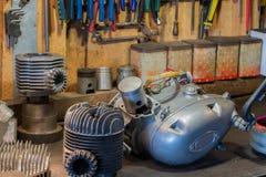 Motorradteile und -werkzeuge auf dem Desktop in der Garage Stockfotos