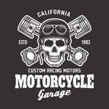 Motorradvektor-Radfahreremblem mit dem Schädel auf Dunkelheit vektor abbildung