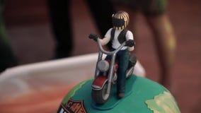 Motorradzahl am Kuchen stock video