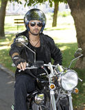 Motorradzerhackermitfahrer mit Sturzhelm stockfoto
