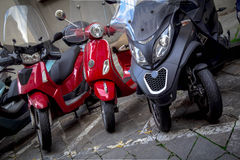 Motorräder in den Straßen von italienischen Städten Lizenzfreie Stockfotografie