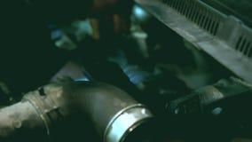 Motorreparatie De auto dienst Werktuigkundige die binnen de auto werkt stock videobeelden