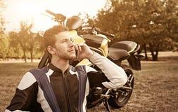 Motorrijder bij zonsondergang Stock Foto's