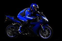 Motorrijder in blauw materiaal Stock Foto's
