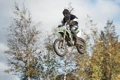 Motorrijder die bij motocross vliegen Stock Fotografie
