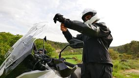 Motorrijder die zijn sportenmotor voor een wegtraining voorbereiden stock video