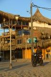 Motorrijder het Letten op Zonsondergang in Mancora, Peru stock foto
