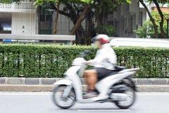 Motorrijder in het stadsverkeer in motieonduidelijk beeld Stock Foto