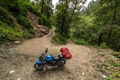 Motorrijder op een bergachtige weg, koud donker weer Extreme sport, Sainj-Vallei, Himachal Pradesh, India stock foto's