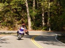 Motorrijder op een windende weg royalty-vrije stock afbeelding