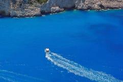 Motorroeien op azuurblauw water Royalty-vrije Stock Afbeeldingen