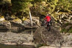 Motorruiter in rotsachtige wildernis stock foto's