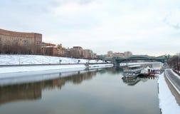 Motorschiff auf dem Fluss Lizenzfreie Stockfotografie