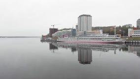Motorschiff auf dem Pier auf dem Fluss Luftschie?en vom Brummen stock footage