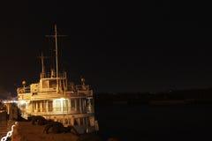 Motorschiff, das auf dem Dock steht Lizenzfreie Stockbilder