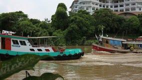 Motorschiff für das Schleppen eines Frachtschiffs stock video footage