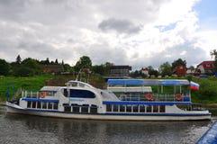 Motorship auf dem Oka-Fluss in Tarusa, Kaluga-Region, Russland Stockfotos