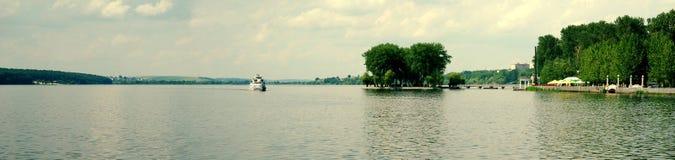 Motorship en los lagos 2 Imagen de archivo libre de regalías