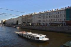Motorship på floden Fontanka i St Petersburg Arkivbild