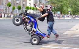 Motorshow van de Stunt van teamck - toon van Russische ruiters op het openen van de tentoonstelling van jongeren in de stad van N royalty-vrije stock fotografie