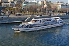 Motorskepp på den Moskva floden Royaltyfria Bilder