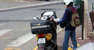 Motorsparkcykel för post- leverans med franska Postma arkivfilmer