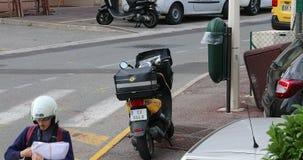 Motorsparkcykel för post- leverans med franska Postma stock video