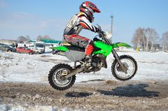 Motorsport MX 65 cm3. Juniormitfahrer springen Lizenzfreies Stockbild
