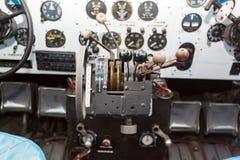 Motorstyrning i cockpiten av ett gammalt flygplan Arkivfoto