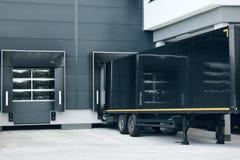 motorterminal en het leegmaken van zware voertuigen royalty-vrije stock foto's