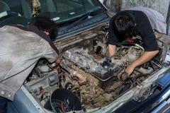 Motorunderhåll som kontrollerar bilmotorn Arkivfoton