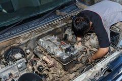 Motorunderhåll som kontrollerar bilmotorn Royaltyfria Foton
