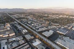 Motorväg för flyg- sikt 405 nära Roscoe Blvd i Los Angeles royaltyfria bilder