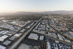 Motorväg för flyg- sikt 405 på Roscoe Blvd i Los Angeles royaltyfria foton