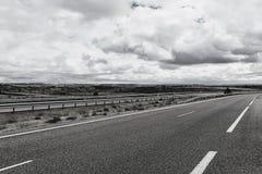 Motorväg med avskiljandebarriären royaltyfria bilder