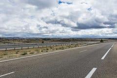Motorväg med avskiljandebarriären royaltyfri fotografi