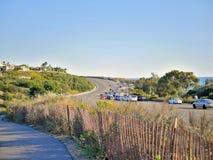 Motorväg på den Kalifornien kusten och hav i bakgrund Royaltyfria Foton