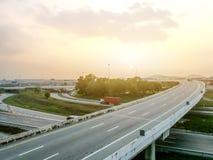 Motorväg på morgon med solljus royaltyfria bilder