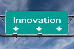 Motorväg till innovationvägmärket med cirrusmolnmoln Royaltyfri Foto