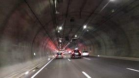 Motorväg till och med tunnelen stock video