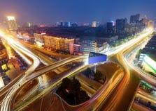 Modern stads- viaduct på natten royaltyfria bilder