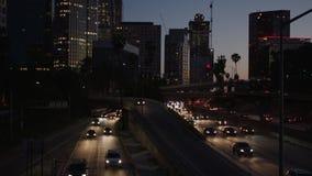 Motorvägtrafik i i stadens centrum Los Angeles på natten Aftonrusningstidtrafik 4K arkivfilmer
