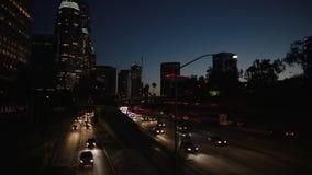 Motorvägtrafik i i stadens centrum Los Angeles på natten Aftonrusningstidtrafik 4K lager videofilmer