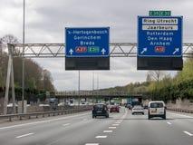 Motorvägtrafik och information om rutt i Nederländerna Arkivbilder