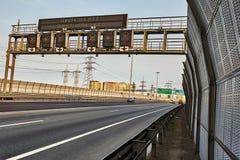 Motorvägväg med det trafikbarriären och vägmärket arkivfoton