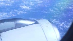 Motorvliegtuig die in blauwe hemel onder pluizige wolken vliegen Weergeven van vliegende vliegtuigen aan aan turbine op blauwe he stock videobeelden
