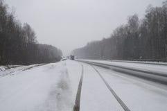 Motorway i snön arkivbilder