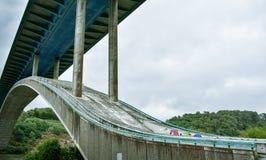 Motorwaybro över floden, i ett grönt landskap royaltyfri bild