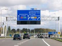 Motorwayen A4 med trafik och rutten undertecknar, Haag, Nederländerna royaltyfri foto