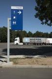 Motorwayen vilar stoppområde för lastbilar Royaltyfria Bilder